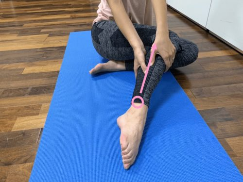 くるぶしから膝に向かって、ふくらはぎの外側を指圧