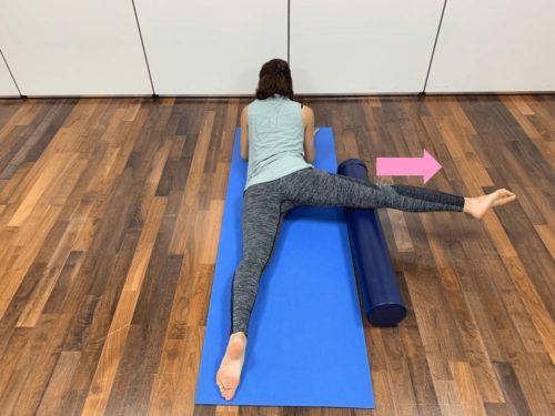 ストレッチポールを膝上に固定して伸ばす