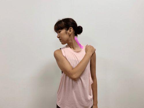 首のストレッチ横に伸ばす